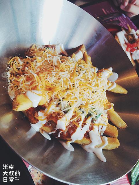 跟 朋 友 兩 人 都 是 薯 條 迷 , 去 哪 裡 都 要 點 一 份 薯 條 。 這 份 淋 上 酸 忌 廉 、 肉 醬 , 面 頭 再 灑 上 芝 士 碎 的 薯 條 深 得 我 心 。